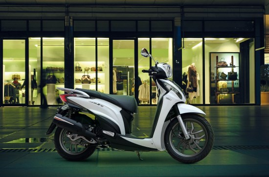 Kymco People One 125i buiten nacht