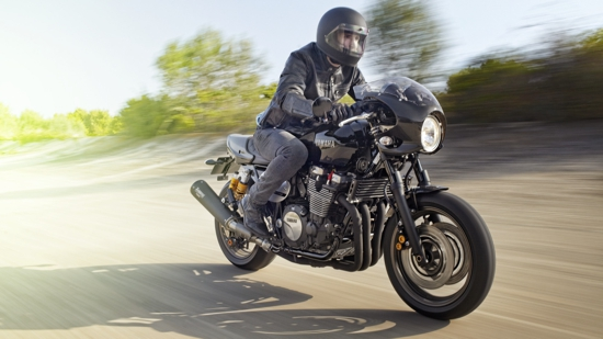2015-Yamaha-XJR1300-Racer-EU-Midnight-Black-Action-001