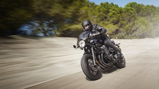 2015-Yamaha-XJR1300-Racer-EU-Midnight-Black-Action-002