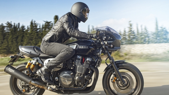 2015-Yamaha-XJR1300-Racer-EU-Midnight-Black-Action-003