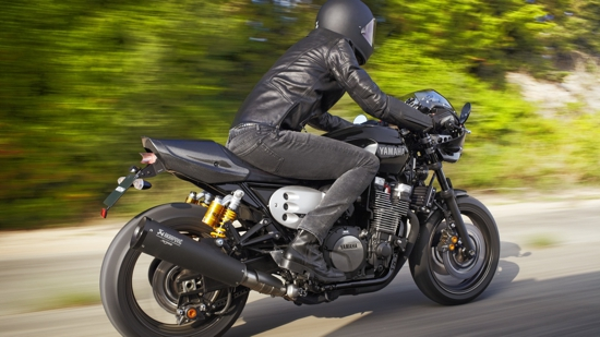 2015-Yamaha-XJR1300-Racer-EU-Midnight-Black-Action-004