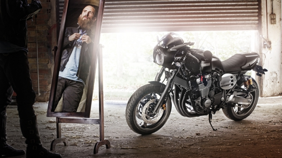 2015-Yamaha-XJR1300-Racer-EU-Midnight-Black-Static-002