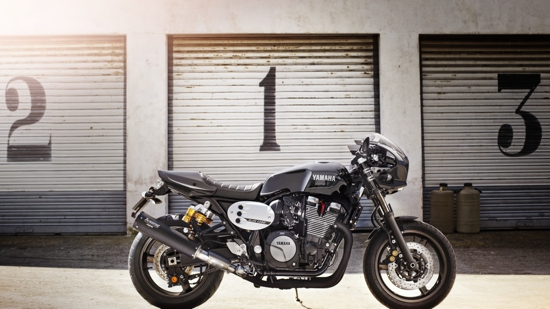 2015-Yamaha-XJR1300-Racer-EU-Midnight-Black-Static-004