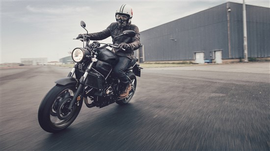 2017-Yamaha-XSR700-EU-Tech-Black-Action-009